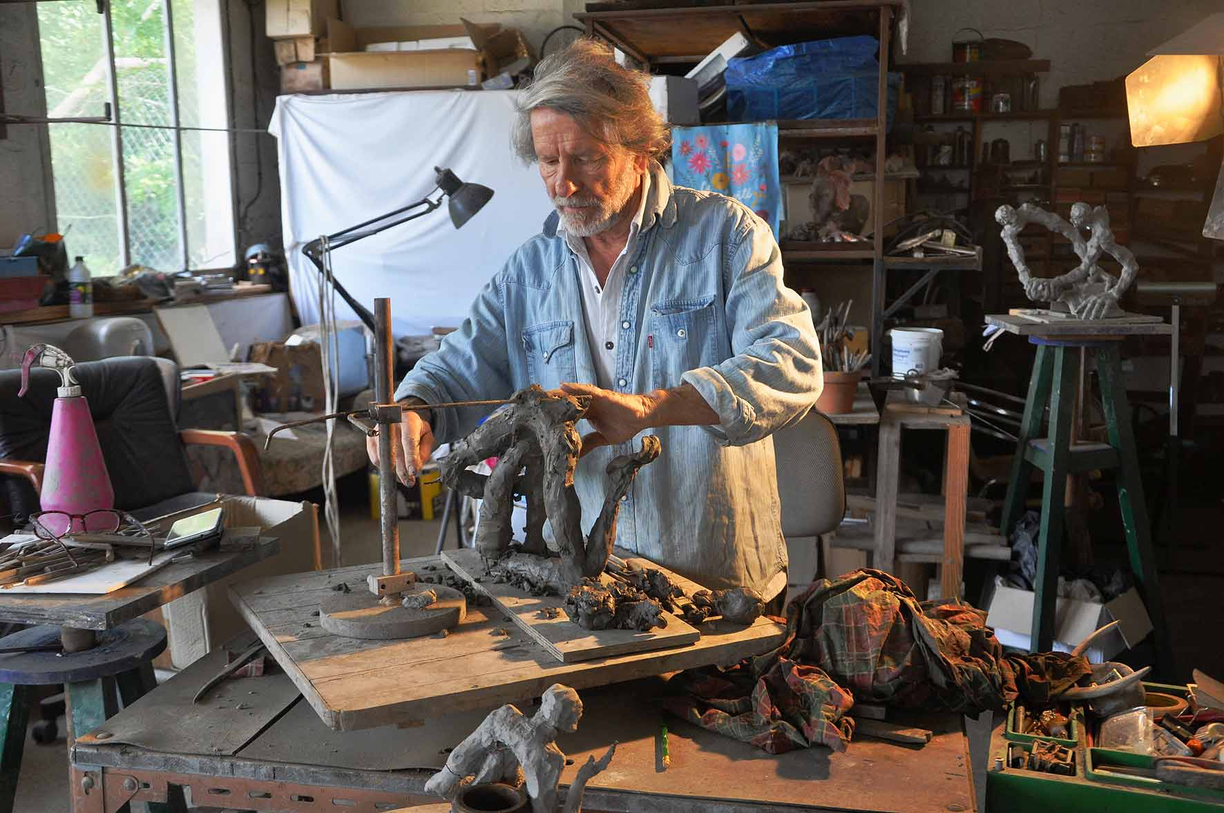 Jean-Pierre Horiot à Sainte-Pazanne, dans la région nantaise, où il œuvre aujourd'hui dans un atelier situé en plein milieu d'une fabrique semi-industrielle de bois de chauffage.