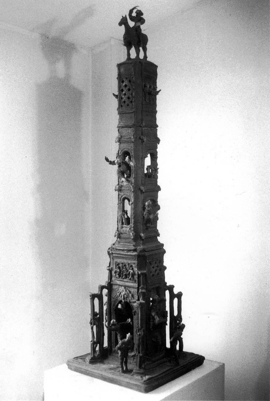 La tour, d'un mètre et demi de hauteur environ, de laquelle, par les balcons et par les ouvertures, sortent les bustes des mêmes petits personnages